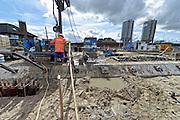 Nederland, Streefkerk, 30-3-2016Achter de Lekdijk, die onvoldoende bestand bleek tegen heel veel water, wordt her en der een verzwaring aangebracht om de stabiliteit te garanderen. Op verschillende plekken worden verschillende technieken toegepast. Veelal wordt de ijk aan de basis verstevigd en gestabiliseerd door diepe betonnen en stalen ankers in de grond, afgedekt met een grote betonnen rand.  Om het kwelwater af te voeren zijn op verschillende stukken honderden buizen ingebracht die een horizontale drainage moeten opleveren .  Ter plaatse van het dorp Streefkerk is in het dijkvak gekozen voor een bijzondere vorm van dijkversterking:de klimaatdijk. Deze extra hoge en brede dijk moet de water-veiligheid garanderen, zeker als het klimaat op termijn verandert.Foto: Flip Franssen/ HH
