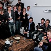 NLD/Hoofddorp/20120320 - Lancering Video on Demand, pers aanwezig bij de Kasper van Kooten en Danny de Munk kijken de huispremiere met prijswinnaar Roy met 10 vrienden