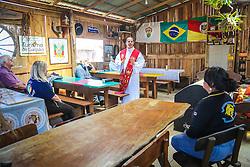 Padre reza missa crioula no piquete Lendas do Sul. Gaúchos celebram a cultura tradicionalista no Acampamento Farroupilha, no Parque da Harmonia, em Porto Alegre. Em comemoração aos 180 anos da proclamação da República Rio-grandense, na revolução conhecida como Guerra dos Farrapos, o acampamento é composto por cerca de 400 piquetes organizados por grupos tradicionalistas, empresas e agremiações, onde se cultivam os hábitos da tradição gaúcha. FOTO: Gustavo Roth / Agência Preview