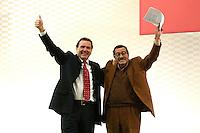 16 SEP 2005, BERLIN/GERMANY:<br /> Gerhard Schroeder (L), SPD, Bundeskanzler, und Guenter Grass (R), Schriftsteller, Wahlkampf-Abschlussveranstaltung der SPD, Gendarmenmarkt<br /> Gerhard Schroeder (L), SPD, Federal Chancellor, and Guenter Grass (R), writer, last election campaign rally, Gendarmenmarkt<br /> IMAGE: 20050916-02-017<br /> KEYWORDS: Bundestagswahl, Gerhard Schröder, Jubel,