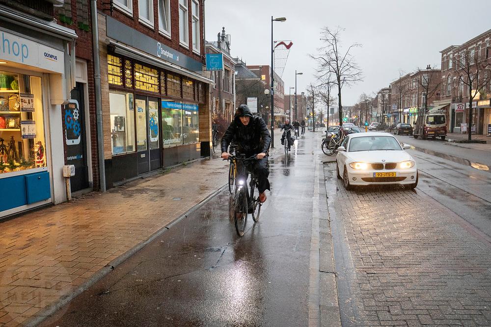 In Utrecht rijden fietsers door de stromende regen.<br /> <br /> In Utrecht cyclists ride in the pouring rain.