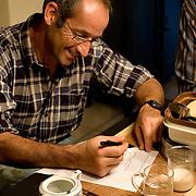 """Nederland Horst 30 september 2008 20080930 Foto: David Rozing ..Serie vernattingscampagne """" Nieuw Limburgs Peil """" de Peel ..Boer Toon Jenniskens vult enquete in waarna hij de sleutel ontvangt van de stuw bij zijn land. Vernattingscampagne """" Nieuw Limburgs Peil """" in omgeving de Peel, uitgevoerd door o.a. de  plaatselijke boeren in samenwerking met het waterschap Peel en Maasvallei. Het doel is een hoger peil van het grondwater dmv het vasthouden van hemelwater. Dit  wordt verwezenlijkt door de aanleg van stuwen in de watergangen bij bv akkers. Door de stuwen in de sloten/ watergangen dicht te zetten wordt het grondwaterpeil hoger in het gebied. Voordelen hiervan zijn: verdroging van de natuur wordt tegen gegaan, voor de boeren kan het drie beregeningen per jaar besparen. Boerenpeil: 400 van de inmiddels 1250 stuwen worden beheerd door de boeren. Natuurgebieden als De Grote Peel en Maria peel hebben veel te lijden gehad onder eerder .waterbeheer:  Het waterschap heeft in het verleden veel akkerslootjes, beken en kanaaltjes aangelegd om ervoor te zorgen dat het water rond dit natuurgebied snel kon wegvloeien, zodat de oogsten.niet zouden verrotten en de akkers goed bewerkbaar waren, maar waardoor nu het waterpeil erg snel zakt..Medewerkers van het waterschap bezoeken de boeren thuis en voeren keukentafelgesprekken met hen om ze te betrekken bij het project. .De Peel is een grotendeels verdwenen hoogveengebied op de grens van de Nederlandse provincies Noord-Brabant en Limburg. ..Foto David Rozing"""