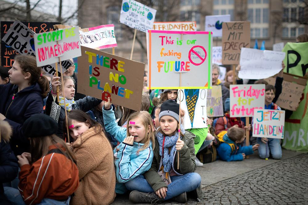 Fridays For Future: Mehrere hundert SchülerInnen und Studierende beteiligen sich in Berlin am Schulstreik für mehr Klimaschutz. Die Demonstranten fordern, die Ziele des Pariser Klimaabkommens einzuhalten und die Erderwärmung auf 1,5 Grad zu begrenzen. Vorbild für die Streikenden ist die schwedische Schülerin G r e t a  T h u n b e r g, die bereits seit Monaten jeden Freitag vor dem schwedischen Parlament für Klimaschutz protestiert. Demonstrantin mit Schild: This is our fucking future.<br /> <br /> [© Christian Mang - Veroeffentlichung nur gg. Honorar (zzgl. MwSt.), Urhebervermerk und Beleg. Nur für redaktionelle Nutzung - Publication only with licence fee payment, copyright notice and voucher copy. For editorial use only - No model release. No property release. Kontakt: mail@christianmang.com.]