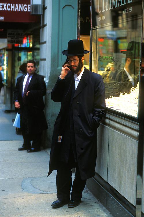 EEUU. Nueva York.<br /> Un judío hablando por teléfono en la calle 47 en el distrito de los diamantes en el centro de Manhattan.<br /> <br /> © JOAN COSTA