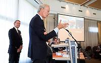 SOESTDUINEN - Willem Zelsmann wordt de nieuwe voorzitter van de NGF  en zijn voorganger Ronald Pfeiffer wordt erelid. . Algemene Ledenvergadering van de NGF (Nederlandse Golf Federatie) met bestuurswisseling. COPYRIGHT KOEN SUYK