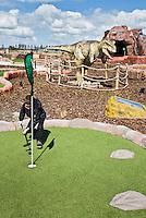 GOUDA - GOLFBAAN IJSSELWEIDE , kennismaken met golf tijdens Open Golfdag, Het Jurassic Golf Adventure Park in Gouda is een unieke en leerzame beleving vol actie voor jong en oud! Als eerste in Nederland waan je je bij ons tussen levensechte dinosauriërs in het begin der tijden en kun je in ons Jurassic Golf Adventure Park avontuurlijk golfen op een echte golfbaan. Uitdaging en plezier gegarandeerd en natuurlijk is iedereen van harte welkom. Van de mini-avonturier net uit het ei, tot en met de bijna fossiele avonturier: kom langs en ontdek de geheimen van de dinosauriërs zelf!   COPYRIGHT KOEN SUYK