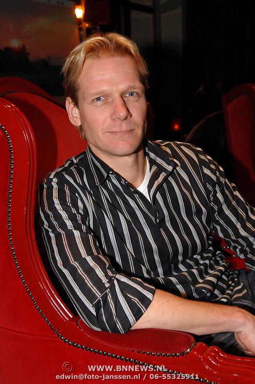 """NLD/Hilversum/20061213 - Persconferentie Avro's """"  Wie is de Mol """" 2006, deelnemer, tv-presentator Menno Bentveld"""
