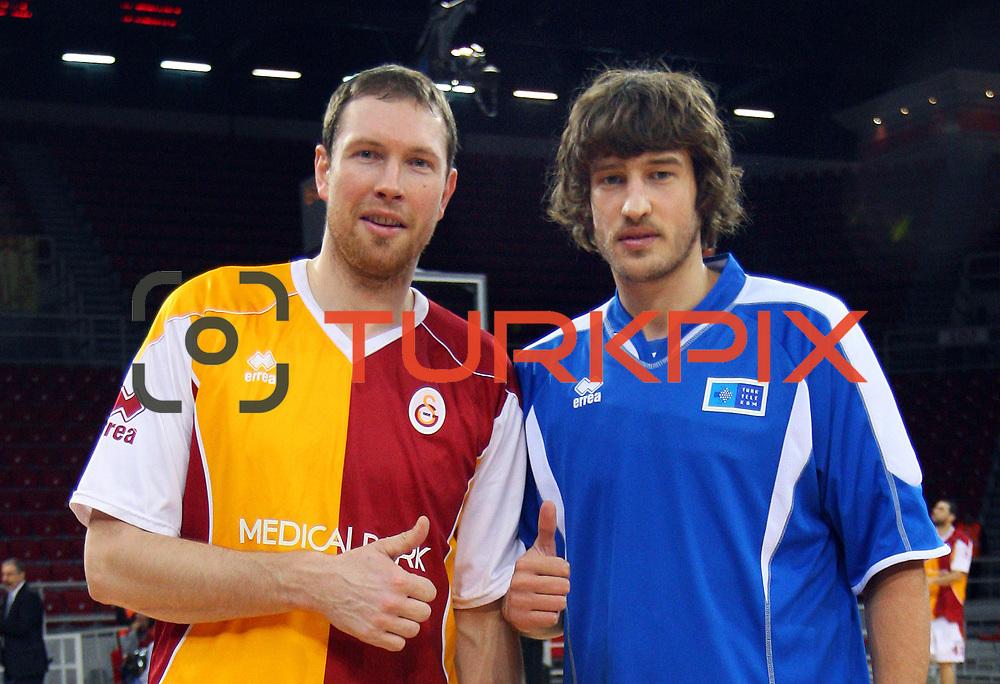Galatasaray's Darius Songaila (L) and Turk Telekom's Simas Jasaitis (R) during their BEKO Basketball League match Galatasaray between Turk Telekom at the Abdi Ipekci Arena in Istanbul at Turkey on Sunday, December 25 2011. Photo by TURKPIX