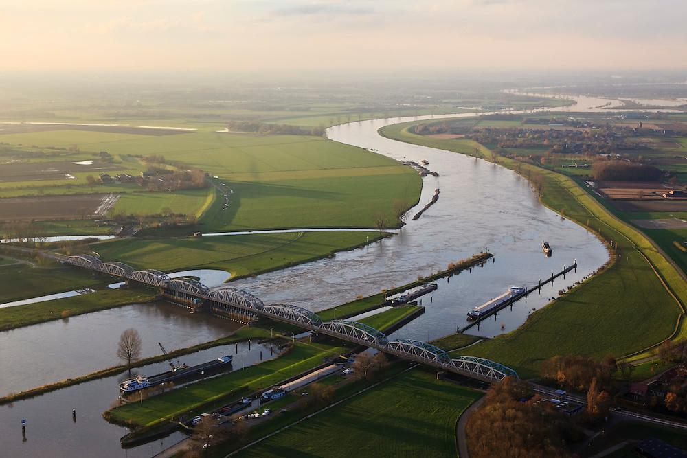 Nederland, Noord-Brabant, gemeente Grave, 15-11-2010. Maaskant, .stuw en sluis bij Grave. Het sluis- en stuwcomplex is gebouwd in het kader van de Maasnormalisatie. De Maas is een regenrivier, met met name in de winter grote wateraanvoer (ook door smeltwater). De vakwerkbrug is voor lokaal verkeer..Weir and lock at Grave. The lock and weir (or dam) complex is built during the Meuse Standardization. The river Meuse is a rain river, with high water levels, especially during the winter (also by melt water). The truss bridge for local traffic..luchtfoto (toeslag), aerial photo (additional fee required).foto/photo Siebe Swart