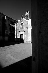Le linee e le ombre nette amplificano la suggestiva bellezza della piccola chiesetta del Rosario, situata nel centro storico di Lizzano in provincia di Taranto. Di stile romanico, la chiesetta fu edificata nel 1562 e nel 1743 in seguito al terremoto vennero costruiti degli archi che si appoggiavano sul lato del castello.