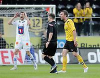Fotball , tippeligaen , 26. April 2009 , Sør Arena , Start - Tromsø (TIL) , Tore Reginiussen får rødt kort av dommer Brage Sandmoen etter å ha felt Bernt Hulsker , Miika Koppinen fortviler , NB: LAGT UT MED FEIL NAVN TIDLIGERE!!!!!! ER KOPPINEN PÅ BILDET!!! ,  Foto: Tommy Ellingsen