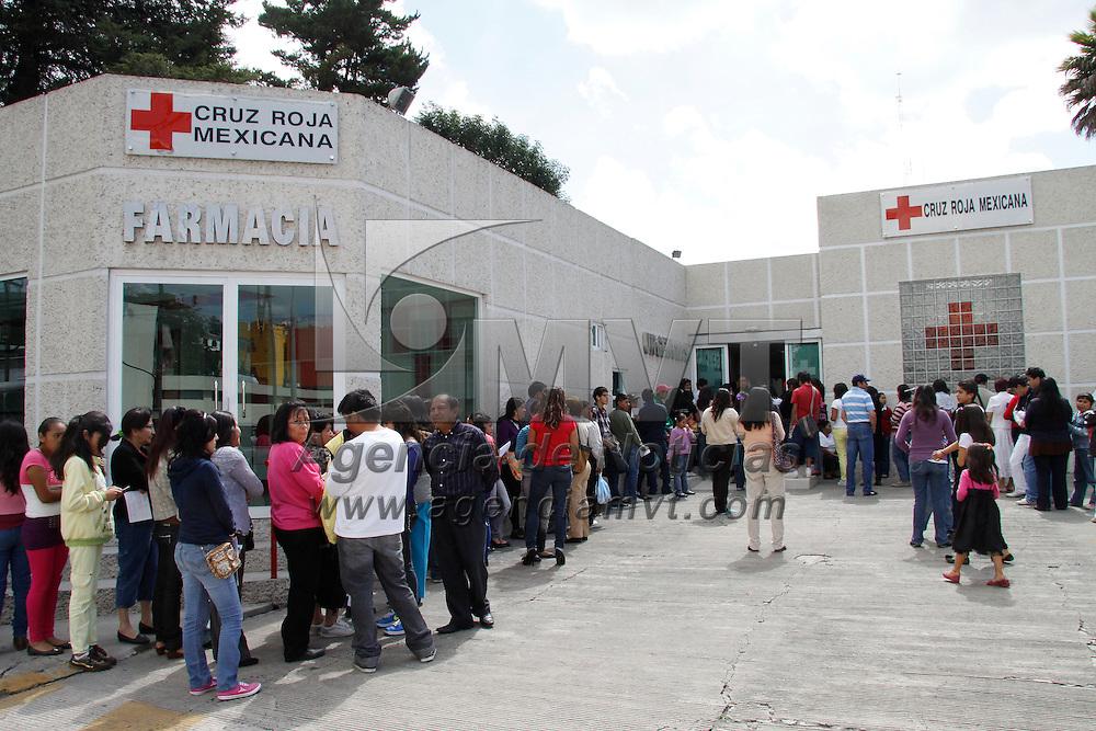Toluca, México.- Padres de familia y estudiantes a muy temprana hora llegaron a la Cruz Roja Toluca para poder obtener un certificado médico que les es requerido para las inscripciones del nuevo ciclo escolar. Agencia MVT / Crisanta Espinosa