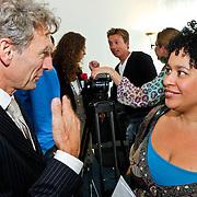 NLD/Den Haag/20100906 - Start Alfabetiseringsweek met installatie forum A tot Z, Paul Rosenmoller in gesprek met Tania Kross