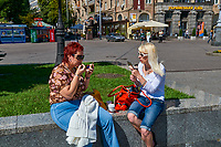 Ukraine, Kiev, place de l'Indépendance. Scéance de maquillage. // Ukraine, Kiev, Independance square, make up time.