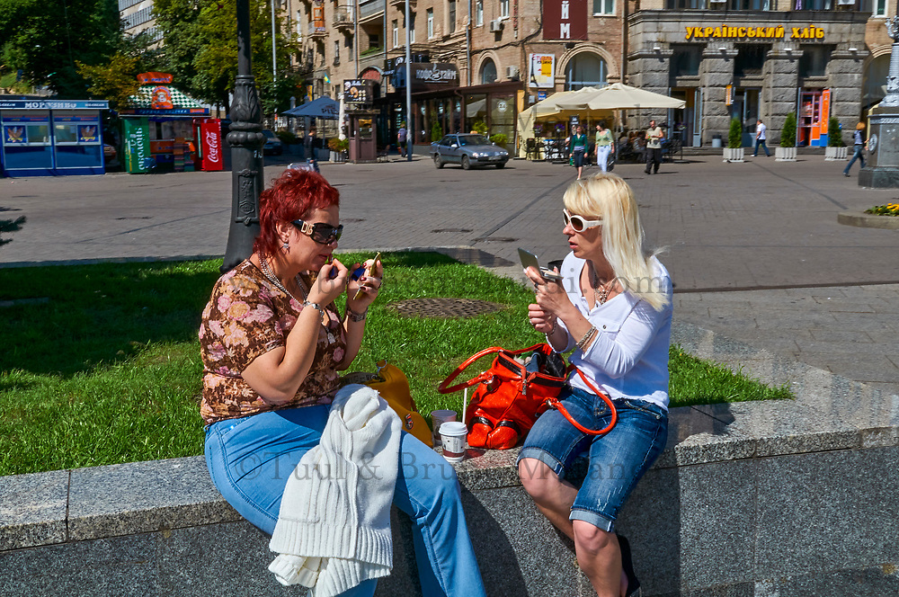 Ukraine, Kiev, place de l'Indépendance. Scéance de maquillage. // Ukraine, Kiev, Independance square, make up time.