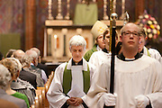 Annemieke Duurkoop (links) loopt met de andere geestelijken door de gang van de kathedraal. Op zondag 31 oktober is in de Getrudiskathedraal in Utrecht  Annemieke Duurkoop als eerste vrouwelijke plebaan van Nederland geïnstalleerd. Duurkoop wordt de nieuwe pastoor van de Utrechtse parochie van de Oud-Katholieke Kerk (OKK), deze kerk heeft geen band met het Vaticaan. Een plebaan is een pastoor van een kathedrale kerk, die eindverantwoordelijk is voor een parochie. Eerder waren bij de OKK al twee vrouwelijk priesters geïnstalleerd, maar die zijn geen plebaan.<br /> <br /> Annemiek Duurkoop is walking through the aisle of the cathedral. At the St Getrudiscathedral in Utrecht the first female dean of the Old-Catholic Church (OKK), Annemieke Duurkoop, is installed together with a new pastor Bernd Wallet. The church has no connections with the Vatican.