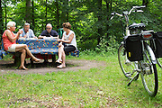 Nederland, Bosch en Duin, 09-06-2014<br /> Bij Bosch en Duin pauzeren oudere fietsers bij een picknicktafel tijdens hun fietstocht.<br /> <br /> Near Bosch en Duin older cyclists pause at a picnic table on their cycle tour.
