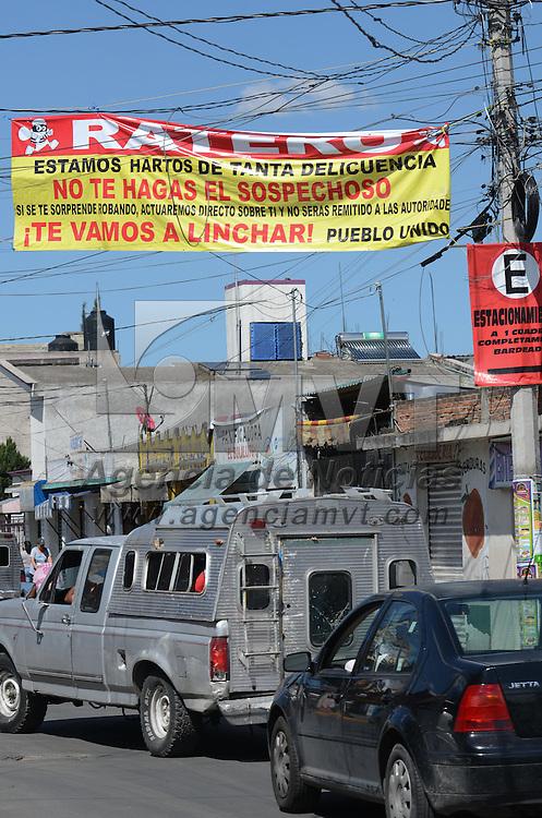 Toluca, México (Octubre 19, 2016).- Habitantes de la delegación San Lorenzo Tepaltitlán colocaron diversas mantas en las principales calles de su barrio donde adiverten a los ladrones de no cometer delitos o seran linchados. Agencia MVT / Arturo Hernández.
