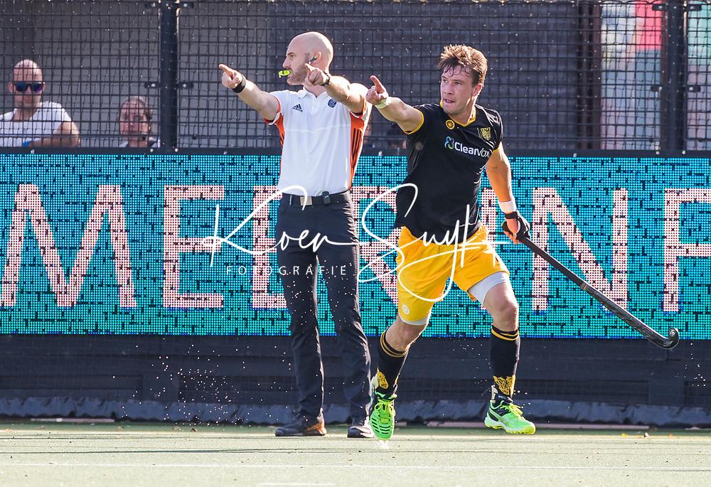 DEN BOSCH  - Arjen Lodewijks (Den Bosch) heeft gescoord   tijdens de hockey hoofdklasse competitie hockey wedstrijd Den Bosch-Bloemendaal (1-4). links Jasper Nagtzaam. COPYRIGHT  KOEN SUYK