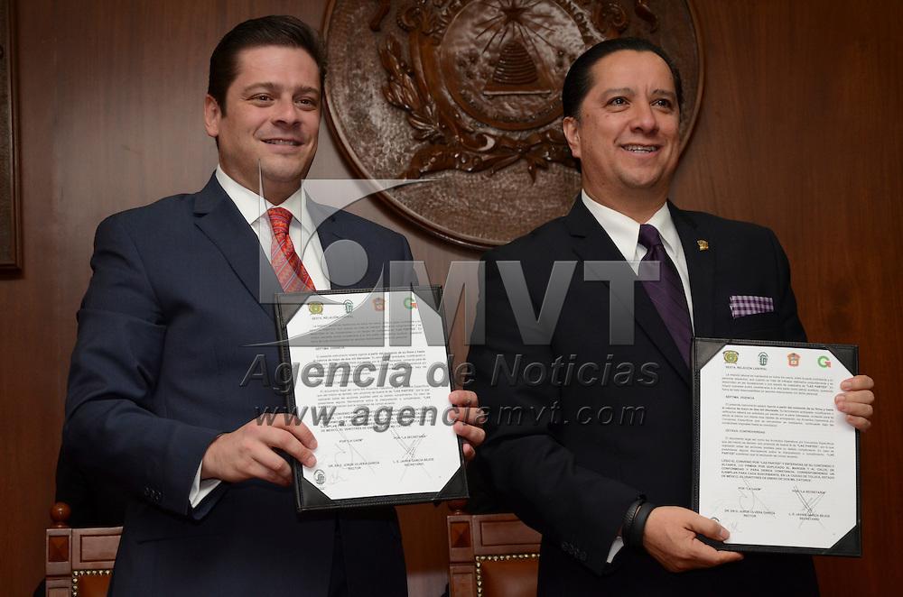 Toluca, México.- Javier García Bejos, Secretario del Trabajo y Jorge Olvera García Rector de la UAEM, durante la firma de convenio con ambas instituciones. Agencia MVT / Arturo Hernández S.