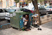 Iran, Yazd, 01.09.2016: Ein Schuhmacher und Schuhputzer bei der Arbeit in Yazd, Provinz Yazd, Zentral-Iran.