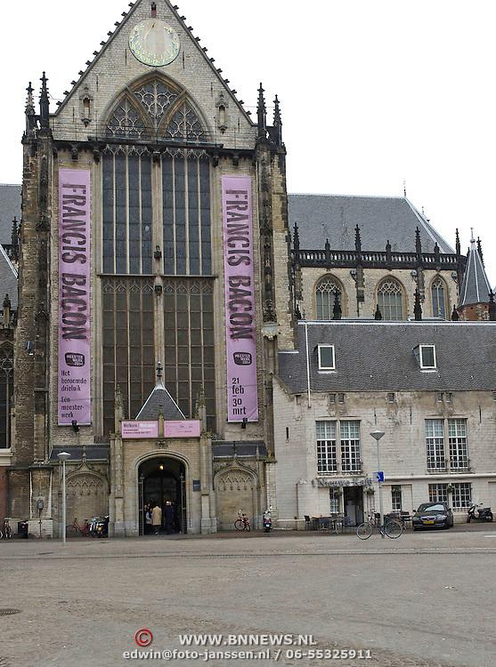 """Amsterdam, 20-02-2014. In de Nieuwe Kerk wordt vanaf 21 februari 2014 de serie Meesterwerk voortgezet met Francis Bacon triptiek """"in Memory of George Dyer"""" uit 1971. Vanmorgen werd dit drieluik ontuld door Cathelijne Broers, directeur De Nieuwe Kerk en door Gijs van Tuyl, voormalig directeur Stedelijk Museum Amsterdam. De kunstenaar Francis Bacon koos voor een drieluik, traditioneel een religieus format, om een gedenkteken te creëren voor George Dyer, die meer dan zeven jaar zijn partner was geweest.Dyer leegde in 1971 zelfmoord in de Parijse hotelkamer die hij met Francis Bacon deelde."""
