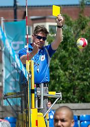 17-06-2016 NED: Beachvolleybaltoernooi eredivisie, Amsterdam<br /> Op het Mercatorplein in Amsterdam gaan de beachers uit de eredivisie van start / Scheidrechter geeft de gele kaart aan Nirmir Abdelaziz