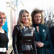 NLD/Zwolle/20191218 - Maxima bij Kerst Muziekgala 2019, Koningin Maxima met Carolien Gehrels , Burgemeester  Peter Snijders
