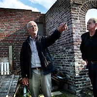 Nederland, Horst, 13 mei 2015.<br /> Vanaf 20 mei gaat de kasteelruine in Horst weer open voor publiek.<br /> Op de foto:Gids Leo Smedts van Stichting Kasteel Huys ter Horst geeft uitleg.<br /> <br /> <br /> Foto: Jean-Pierre Jans