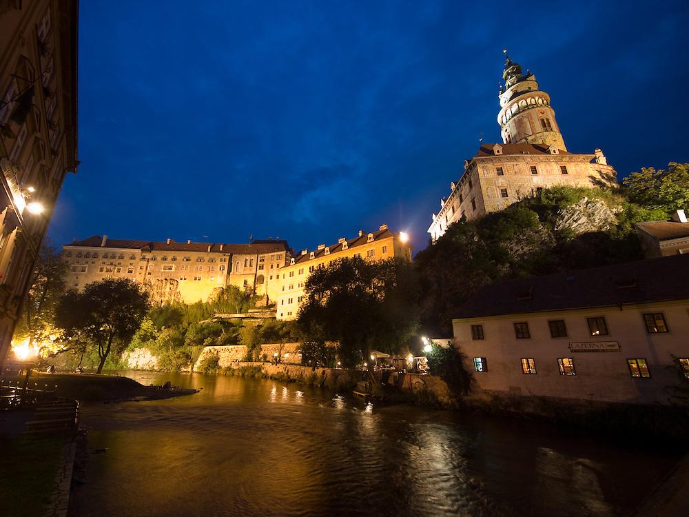 Cesky Krumlov, Krumau/Tschechische Republik, Tschechien, CZE, 26.07.2008:  Die staatliche Burg und das Schloß Cesky Krumlov (Böhmisch Krumau/ Krumau) am abendlichen Moldau-Ufer. Die Hochschätzung dieses Ortes durch inländische und ausländische Experten führte allmählich zur Aufnahme in die höchste Stufe des Denkmalschutzes. Im Jahre 1963 wurde die Stadt zum Stadtdenkmalschutzgebiet erklärt, im Jahre 1989 wurde das Schloßareal zum nationalen Kulturdenkmal erklärt und im Jahre 1992 wurde der ganze historische Komplex ins Verzeichnis der Denkmäler des Kultur- und Naturwelterbes der UNESCO aufgenommen.<br /> <br /> Cesky Krumlov/Czech Republic, CZE, 26.07.2008: The Vltava (Moldau) river bank and the State Castle of Cesky Krumlov, with its architectural standard, cultural tradition, and expanse, ranks among the most important historic sights in the central European region. Building development from the 14th to 19th centuries is well-preserved in the original groundplan layout, material structure, interior installation and architectural detail. Situated on the banks of the Vltava river, the town was built around a 13th-century castle with Gothic, Renaissance and Baroque elements. It is an outstanding example of a small central European medieval town whose architectural heritage has remained intact thanks to its peaceful evolution over more than five centuries.