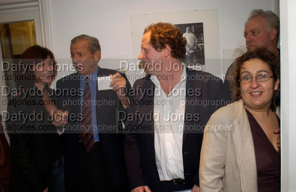 Marella Oppenheim, Peter Beard and Michael Hoppen,  Living Sculpture - exhibition of work by Peter Beard.  Michael Hoppen Gallery, 3 Jubilee Place. 24 November 2004. ONE TIME USE ONLY - DO NOT ARCHIVE  © Copyright Photograph by Dafydd Jones 66 Stockwell Park Rd. London SW9 0DA Tel 020 7733 0108 www.dafjones.com