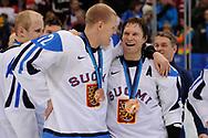 Olli Jokinen und Kimmo Timonen (FIN) mit der Bronzemedaille © Thomas Oswald