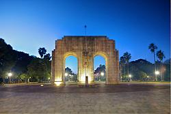 """O monumento homenageia os """"pracinhas"""" da Força Expedicionária Brasileira (F.E.B), que lutaram na Segunda Guerra Mundial. Está localizado no Largo General Yeddo J. Blauth, no Parque Farroupilha. O Parque Farroupilha, também conhecido como Parque da Redenção, é o parque mais tradicional e popular de Porto Alegre, sendo um local tradicionalmente visitado pelos porto-alegrenses nas horas de descanso, seja para praticar esportes ou simplesmente tomar um chimarrão com a família.  FOTO: Jefferson Bernardes/Preview.com"""