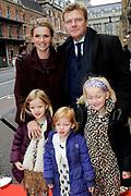 Premiere familievoorstelling Minoes, naar het gelijknamige populaire kinderboek van Annie M.G. Schmidt in het DeLaMar Theater, Amsterdam.<br /> <br /> Op de foto:  Tooske en Bastiaan Ragas met hun drie dochters