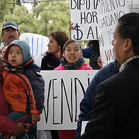 Toluca, México.- Un grupo de personas procedentes de San Antonio la isla, acudieron al IEEM a manifestarse por la sustitución de un candidato por parte del partido Movimiento Ciudadano. Agencia MVT / Arturo Hernández S.