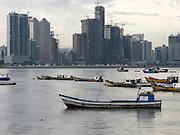 Barcas y construcción / Ciudad de Panamá.<br /> <br /> Edición de 10   Víctor Santamaría.