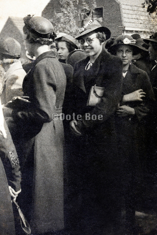female only group together 1930s Holland