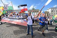 """29 AUG 2020, BERLIN/GERMANY:<br /> Mann mit weisser Flagge bietet sich vor der US-Botschaft als Parlamentaer an, um für Deutschland mit den USA und Russland ueber einen Friedensvertrag zu verhandeln, Demonstration gegen die Einschraenkungen in der Corona-Pandemie durch die Initiative """"Querdenken 711"""" aus Stuttgart unter dem Motto """"invites Europa - Fest für Freiheit und Frieden"""", Pariser Platz<br /> IMAGE: 20200829-01-041<br /> KEYWORDS: Demo, Protest, Demosntranten, Protester, COVID-19, Corona-Demo"""