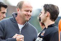 EINDHOVEN - hockey - OZ keeper Rolf Diederen met OZ-coach Michel van den Heuvel  tijdens de hoofdklasse hockeywedstrijd tussen de mannen van Oranje-Zwart en Bloemendaal (3-3). COPYRIGHT KOEN SUYK