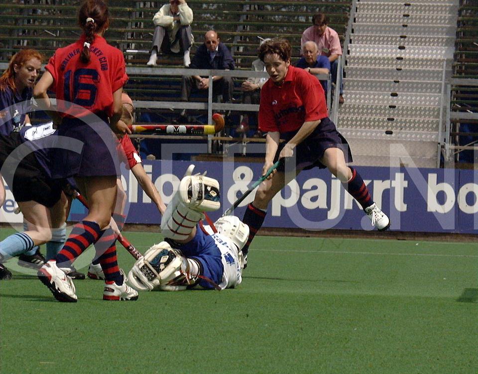 051897 wassenaar nederland europacup hochey finale<br />hgc dames hc berlin<br />ingrijpen van doelvrouwe Luksen <br /><br />foto frank uijlenbroek©1997