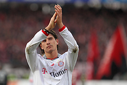 20.02.2010, EasyCredit Stadion, Nürnberg, GER, 1. FBL, 1. FC Nuernberg vs FC Bayern Muenchen, Saison 09 10, im Bild Mario Gomez (Bayern #33) klatscht zu den Fans. EXPA Pictures © 2010 for Austria, Italy and GBR only, Photographer EXPA / NPH  / Becher / for Slovenia SPORTIDA PHOTO AGENCY.