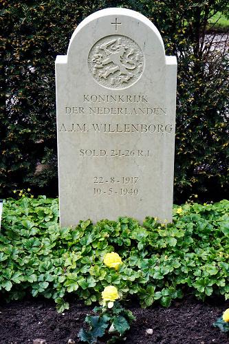 Nederland, Rhenen, 9-5-2019Morgen, 10 mei, is het 79 jaar geleden dat de tweede wereldoorlog in nederland begon met de inval van het Duitse leger. De militairen die tijdens die oorlog omkwamen liggen op de erebegraafplaats op de Grebbeberg. Onder hen een oom van de fotograaf, Arnold Willenborg, die op de eerste oorlogsdag van zijn motor werd geschoten bij de sluis van Heumen in het grensgebied bij Mook . De sluis verbindt de Maas met de Waal . MaasWaal kanaal .Foto: Flip Franssen