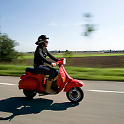 Nederland Barendrecht 9 september 2008 Foto: David Rozing .Serie Nederland in beweging. Scholier rijdt op scooter naar huis ..Foto David Rozing