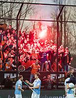 ROTTERDAM -    KHC Dragons v HC Bloemendaal (0-8) . Bloemendaal bedank de aanhang. Fans met vuurwerk. COPYRIGHT KOEN SUYK