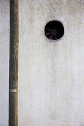 ventola di espulsione aria nel muro di un capannone della zona industriale di Alessano (LE)