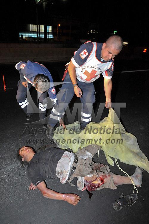 Nezahualcoyotl, Mexico.- Un sujeto de aproximadamente 20 años fue encontrado muerto, al parecer por atropellamiento en la Avenida Central a la altura de la estacion del metro Nezahualcoyotl. Agencia MVT / Juan Garcia. (DIGITAL)