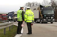 03 JAN 2005, LUDWIGSFELDE/GERMANY:<br /> Beamte des Bundesamtes fuer Gueterverkehr, waehrend einer Mautkontrolle, Parkplatz Fresdorfer Heide<br /> IMAGE: 20050103-01-027<br /> KEYWORDS: Bundesamt für Güterverkehr, LKW Maut, Kontroleur<br /> BAG