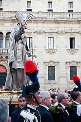 Lecce - Festeggiamenti in onore di Sant'Oronzo, San Giusto e San Fortunato. Alte uniformi scortano la statua del Santo durante la processione.