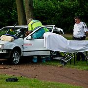 NLD/Huizen/20080620 - Ongeval Zuiderzee Huizen, auto uit de bocht en tege boom, een lichtgewonde