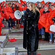 NLD/Amsterdam/20101201 - Start Stop Aids Now actie door Angela Groothuizen met schoolkinderen op het dak van NEMO Amsterdam